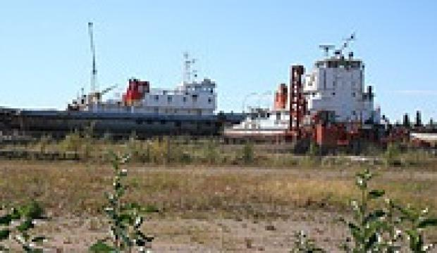 Economic activity - port and railroad in Hay River, NWT